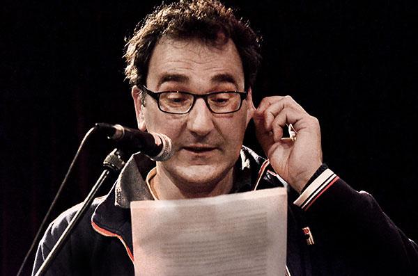Diederik Stapel leest brief voor van Anton Dautzenberg aan hem tijdens Schuimt. foto Gemma van der Heyden