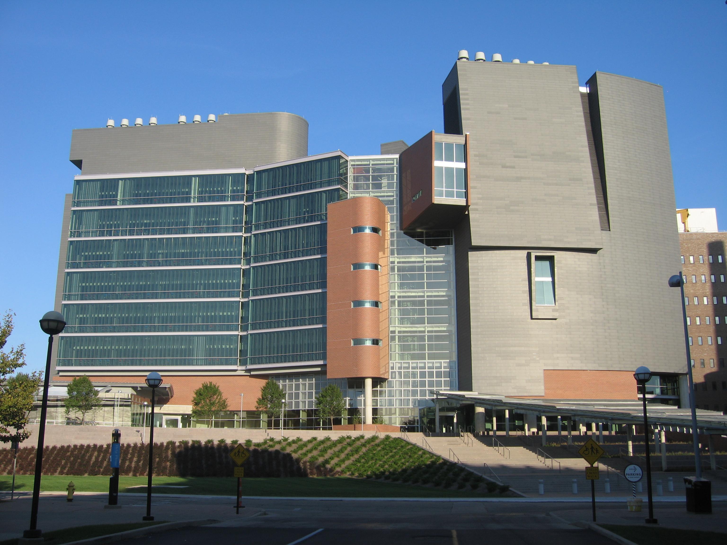 2008-10-05_05_Cincinnati_architecture_the_University_of_Cincinnati's_CARECrawley_Building
