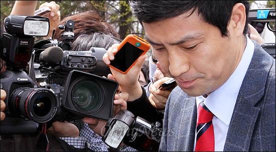 논문 표절 의혹을 받고 있는 새누리당 문대성 국회의원 당선자가 18일 오후 국회에서 탈당 거부 의사를 밝힌 뒤 차량에 오르고 있다.